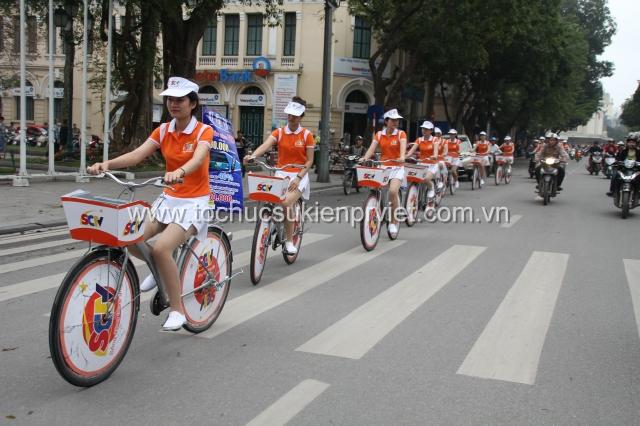 Đoàn diễu hành trên các tuyến phố