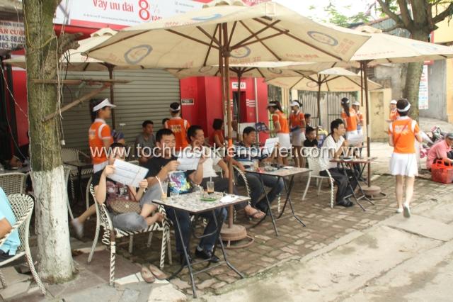 PG phát tờ rơi tư vấn cho khách hàng Đà Nẵng
