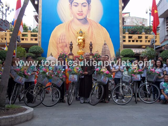 Bạn trẻ đạp xe, làm việc thiện, mừng lễ Phật đản