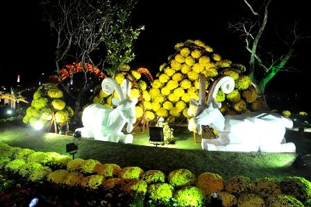 Linh vật Dê được trang trí trong vườn hoa Xuân