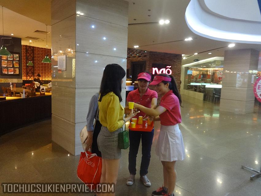 Phát Sampling cho khách hàng tại trung tâm thương mại