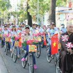 Các phật tử đạp xe trong không khí vui vẻ