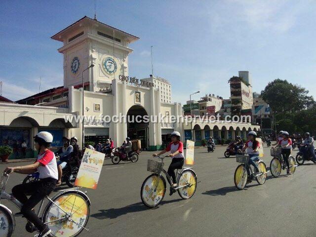 Đoàn xe diễu hành qua khu vực chợ bến thành