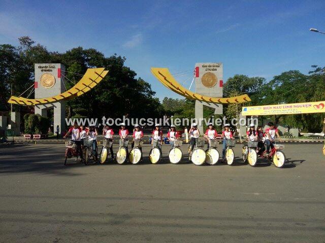 Đoàn xe dừng chân tại công viên Lê Thị Riêng