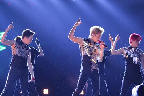Nhóm nhạc JYJ biểu diễn nhiệt tình dưới mưa