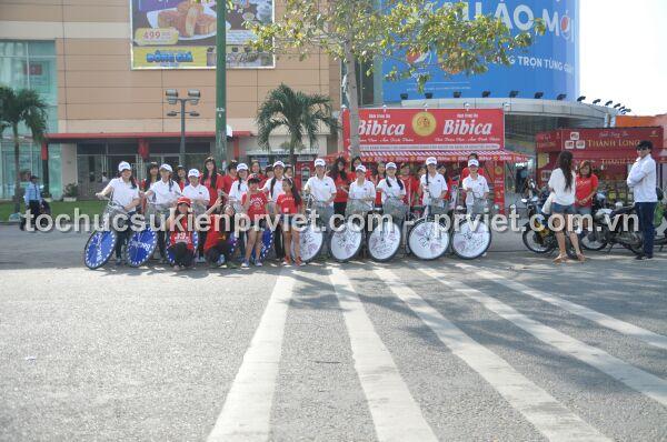 Đoàn roadshow xe đạp JYJ dừng chân tại Lottle để chụp hình chung với các fan hâm mộ nhóm nhạc