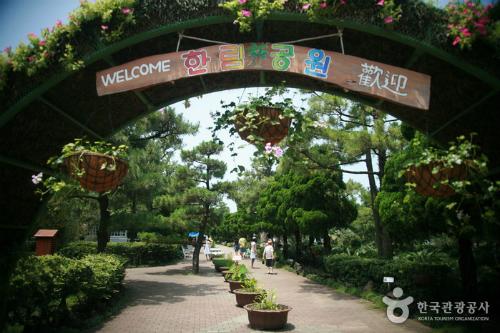 Công viên cách trung tâm Jeju khoảng 33 km.