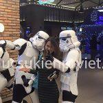 Mascot Star Wars chụp hình với khách hàng