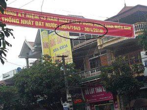 Băng rôn in sai nghiêm trọng trên đường Hoàng Hoa Thám, thị xã Đông Triều, tỉnh Quảng Ninh