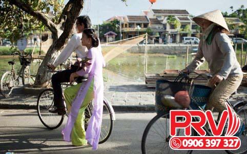 Chở người yêu trên chiếc xe đạp mướn
